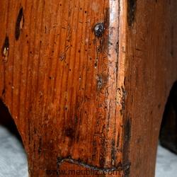 Belle patine et trous de vers sur un meuble ancien en bois
