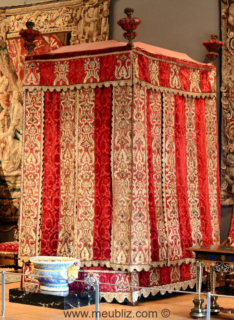 Lit baldaquin louis xiv courtines meuble de style for Meuble louis xiv