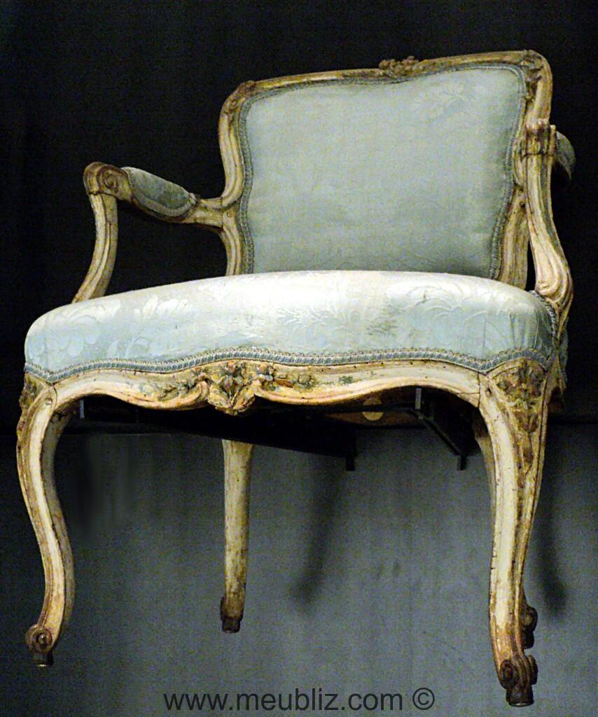 fauteuil cabriolet louis xv sommet de dossier chantourn. Black Bedroom Furniture Sets. Home Design Ideas