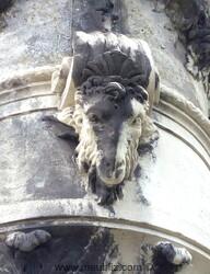 tête de bélier sur un vase de style Louis XIV